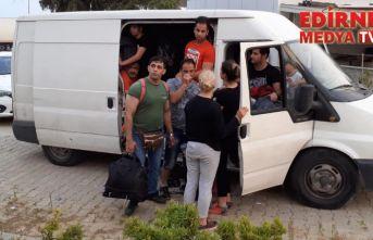 2 minibüs dolusu kaçak!