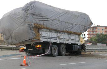 Saman yüklü kamyon refüje çarptı