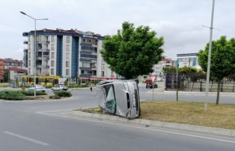 Yan yatan otomobilde 2 kişi yaralandı