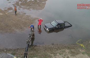 Nehir kenarında suya battı