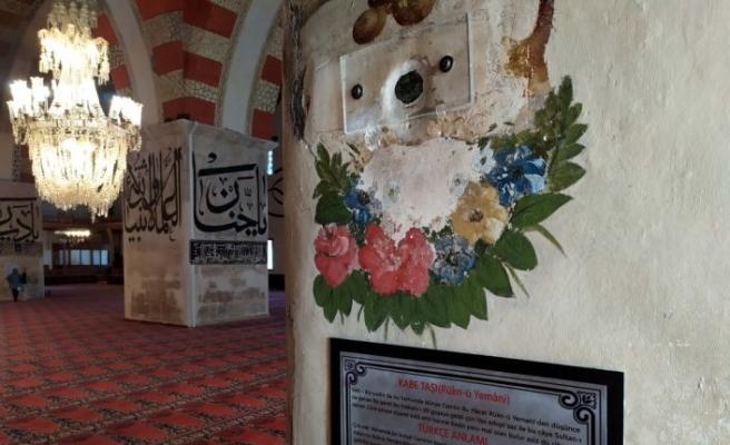 """Eski Cami'deki """"Kabe taşı""""na ziyaretçi ilgisi"""