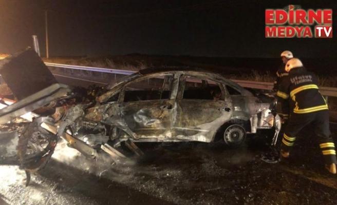 Bariyere çarpan otomobil yandı