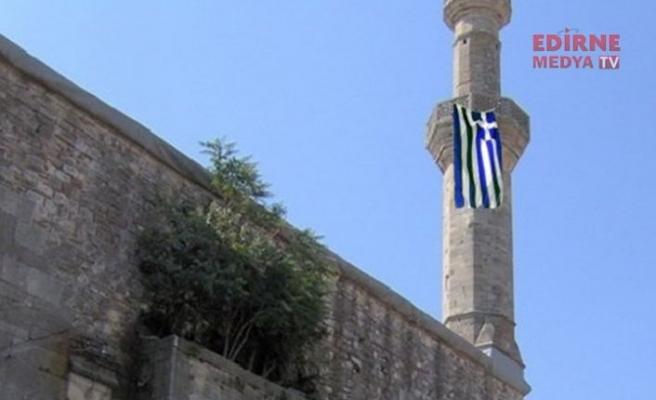 Camimize Yunan bayrağı astılar