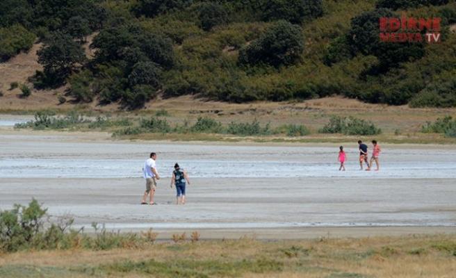 Su buharlaştı, tuz gölü ortaya çıktı