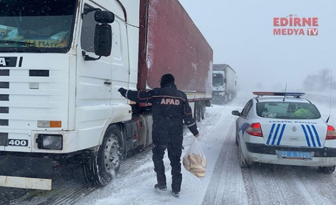 AFAD, tır sürücülerine kumanya dağıttı