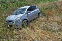 Otomobil tarlaya uçtu!