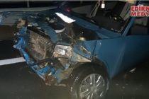 Otomobil bariyerlere çarptı; 3 yaralı