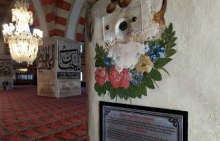 """Eski Cami'deki """"Kabe taşı""""na ziyaretçi..."""