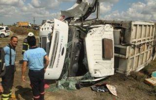 Çöp kamyonu devrildi: 3 yaralı