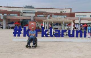 Tekerlekli sandalyesi ile örnek oldu