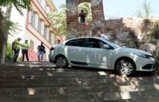 Merdivenleri yol sandı