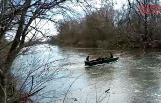 Balıkçı kayıkları ile geçiyorlar