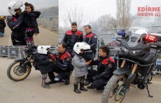 Jandarma, çocukların yanında