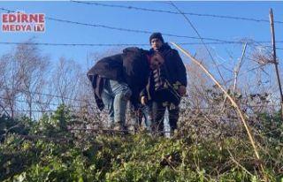 Tel çitleri keserek geçtiler