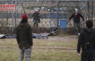 Top oynayan sığınmacılara gaz bombası attılar