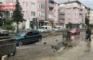 Sağanak yağış nedeniyle yol çöktü!