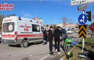Ehliyetsiz sürücü motosiklete çarptı