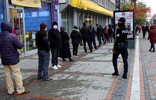 Polis uyarıyor, vatandaş yığılıyor