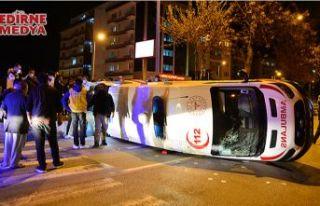 Ambulans taksiyle çarpıştı!