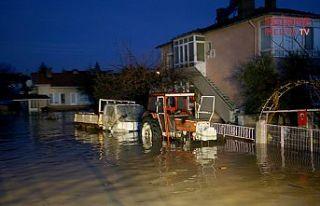 Dereler taştı, ev ve iş yerlerini su bastı