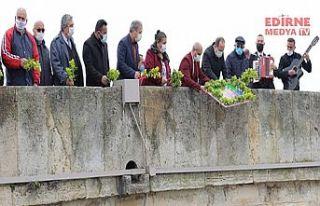 Romanlar gününde çiçekler Meriç nehrine bırakıldı