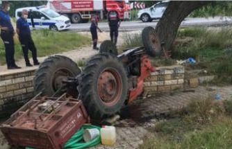 Devrilen traktörün altında kaldı!