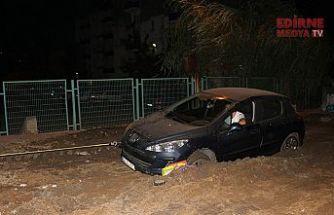 Yol çöktü, çamura battı