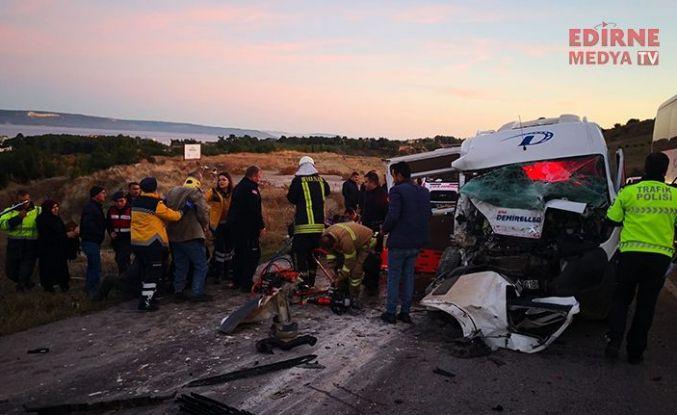 Servis minibüsü vinçle çarpıştı; 15 yaralı