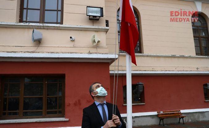 Bayrak Göndere çekildi, İstiklal Marşı okundu